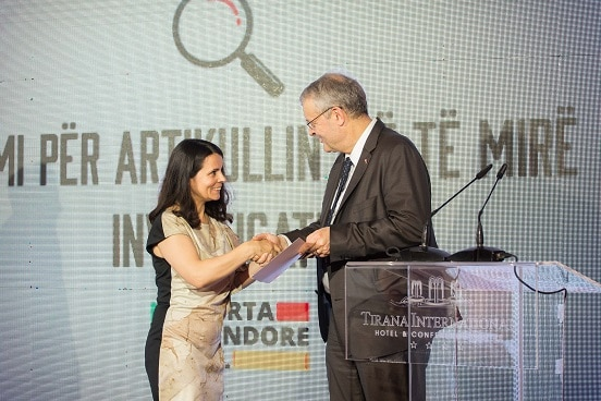 Swiss Ambassador Adrian Maître handing over the award for Best Investigative Article to journalist Fatbardha Nergjoni, Tirana, 17.06.2019.