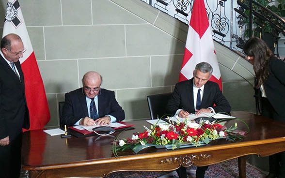 The President of the Swiss Confederation, Didier Burkhalter, and Maltese Minister for Foreign Affairs George W. Vella signing a memorandum of understanding at the Von-Wattenwyl-Haus in Bern.