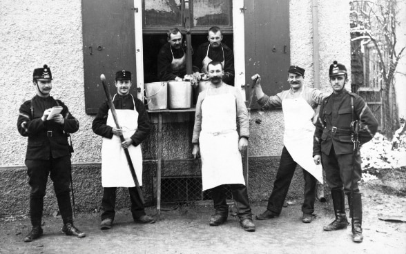 Black and white photograph of a group of soldiers and cooks of the Swiss Armed Forces taken during the First World War. © Keystone