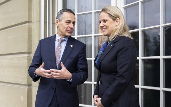 Federal Councillor Ignazio Cassis and Liechtenstein's foreign finister Katrin Eggenberger have a friendly conversation on a balcony.