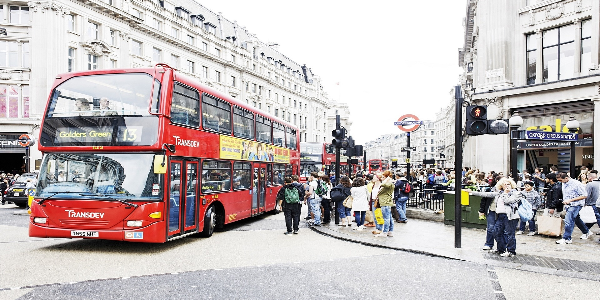 Un bus rouge typique de Londres à l'arrêt Oxford Circus.