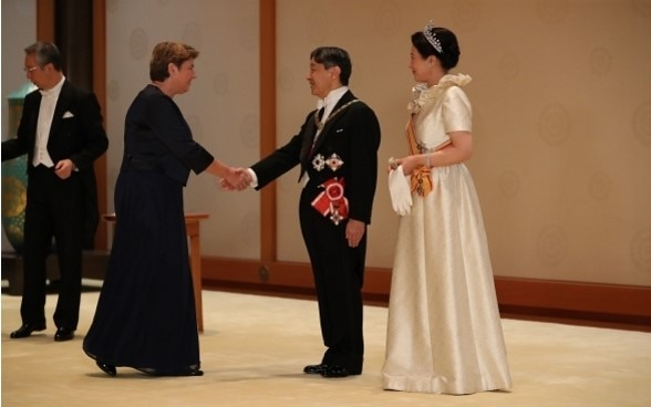 Federal Councillor Viola Amherd, shaking hands with the new Emperor ⒸImperial Household Agency