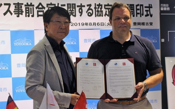 At the signing ceremony of a Memorandum of Understanding on the 2020 pre-training camp for the Swiss Rowing Federation. Left: Mayor of Toyooka, Mr. Muneharu Nakagai / Right: Director of the Swiss Rowing Federation, Mr. Christian Stofer (August 6, 2019) ©Toyooka City