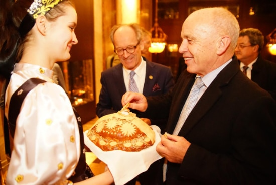 President Maurer is welcomed with traditional bread and salt in Moscow