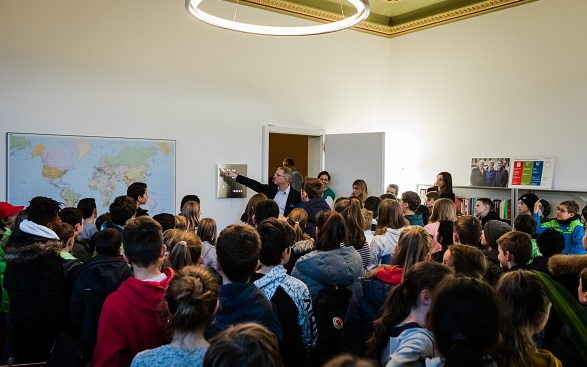 Children visit the office of Federal Councillor Ignazio Cassis.