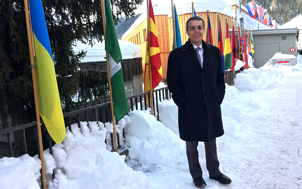 Federal Councillor Cassis in front of the Congress Center in Davos.